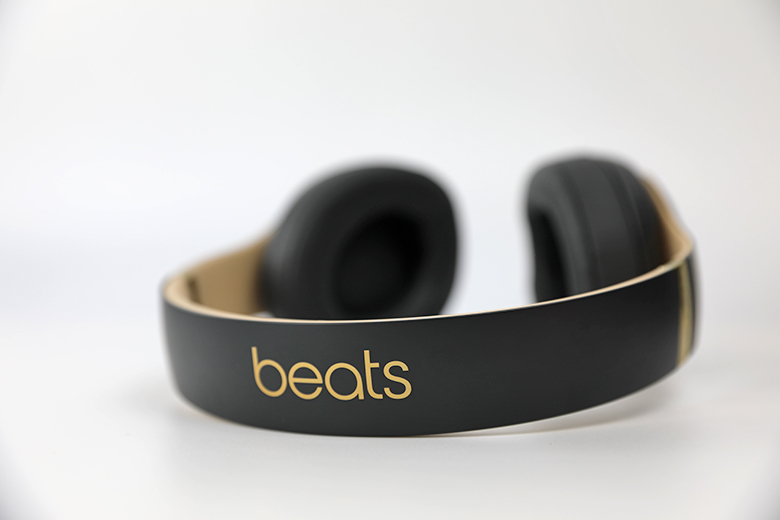 The Beats by Dre Studio3 Wireless have almost no bass-line | The Master Switch