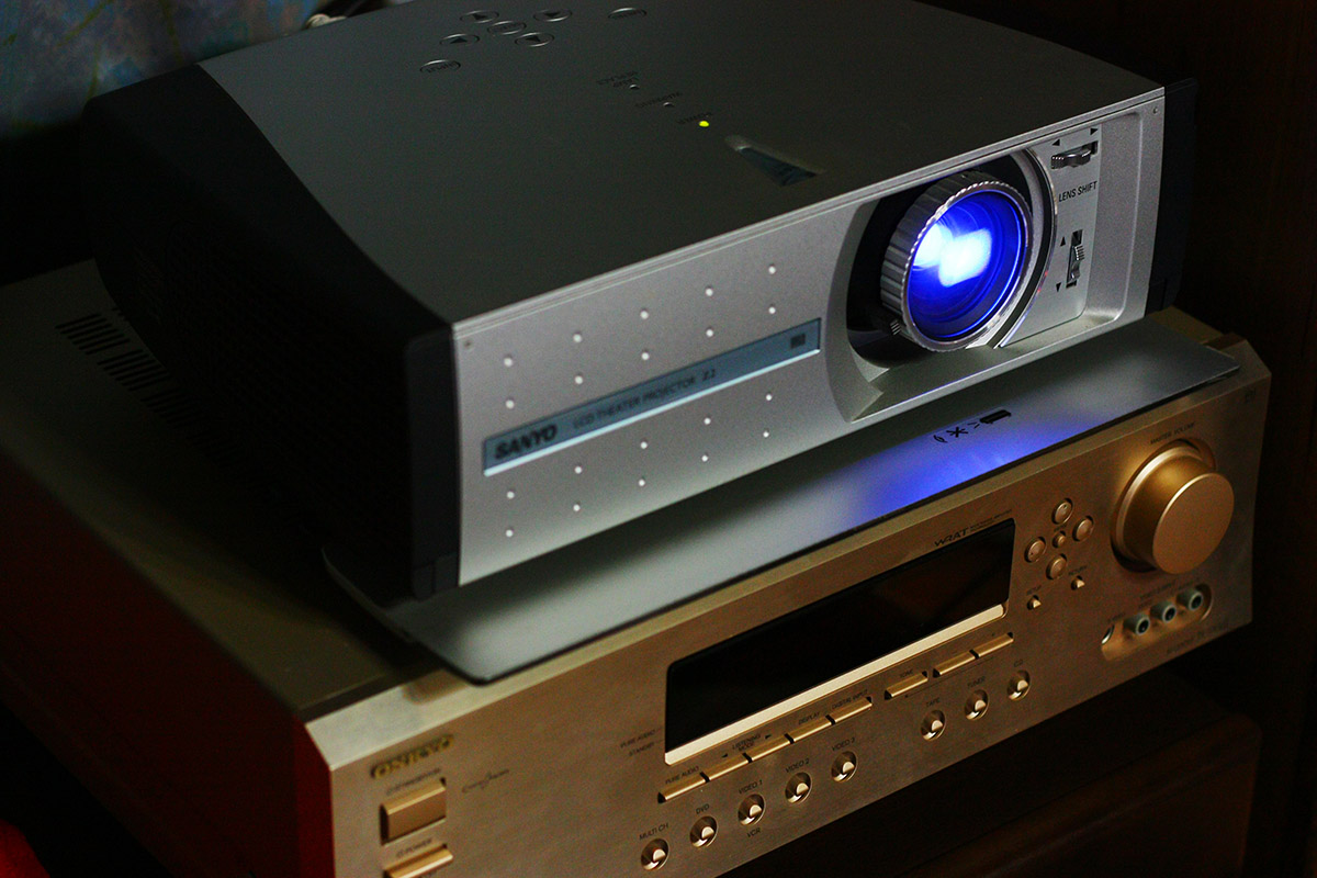 Home entertainment projection system